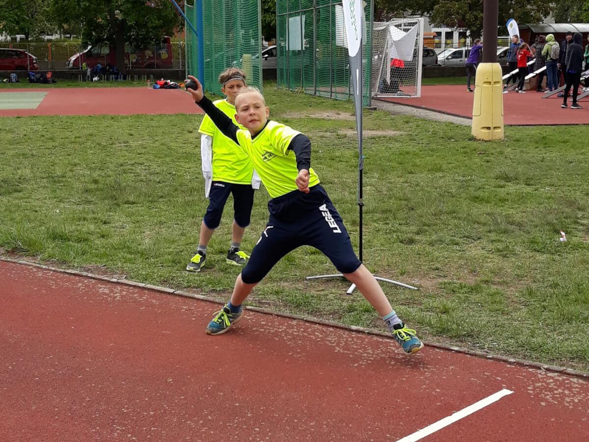 Krajské kolo Odznaku všestrannosti. Žák ZŠ Mládežnická při disciplíně hod kriketovým míčkem.