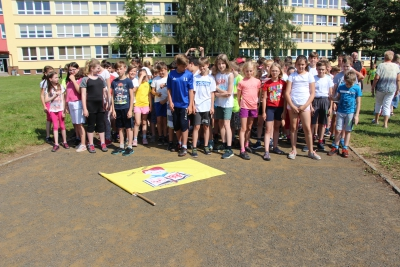 Účastníci T-mobile běhu ZŠ Mládežnická Trutnov nachystaní na startu