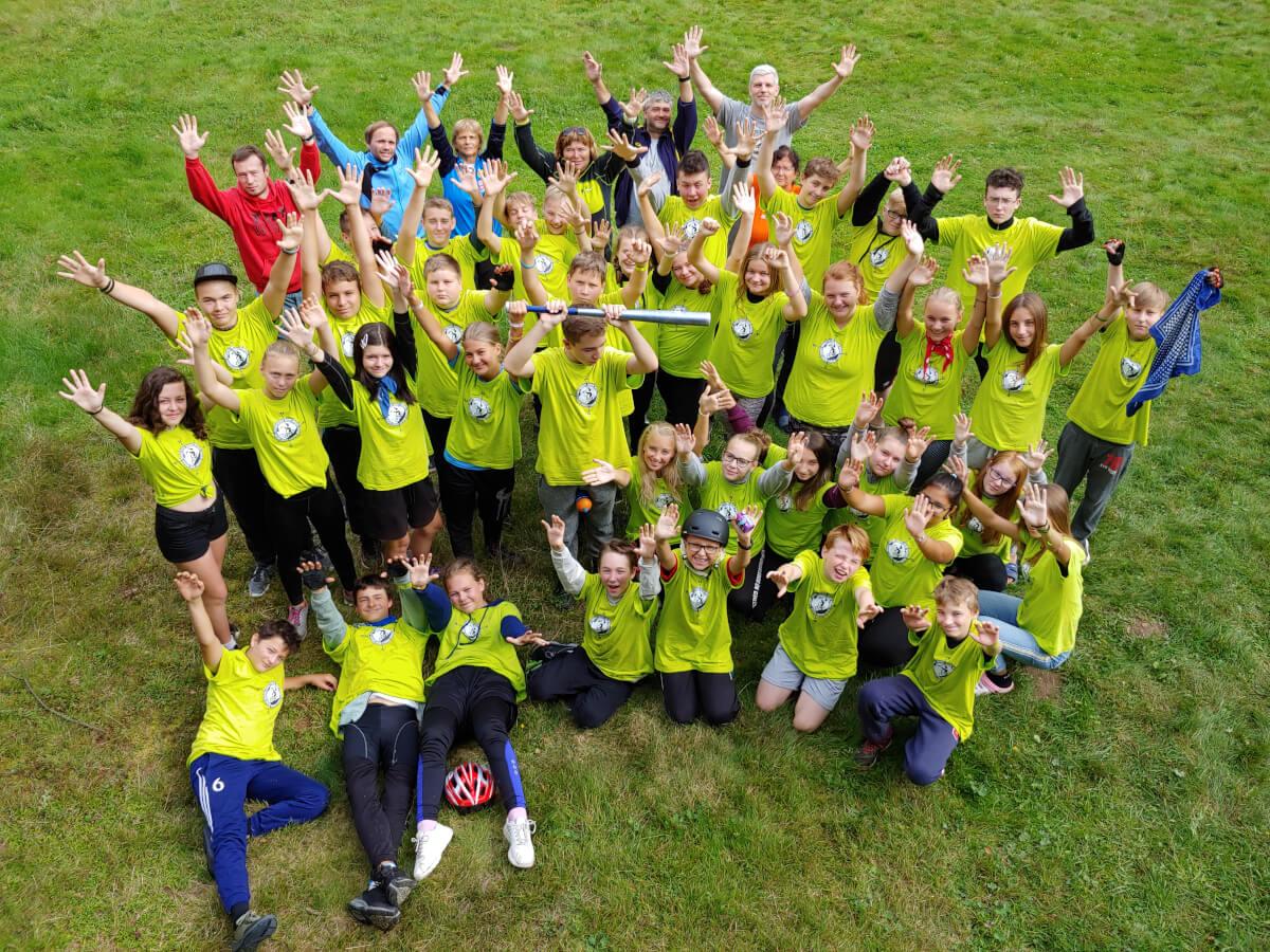 Cykloturistický kurz ZŠ Mládežnická v Horním Bradle. Žáci a učitelé se radují ze zvládnutí kurzu. Společná fotografie v táboře.