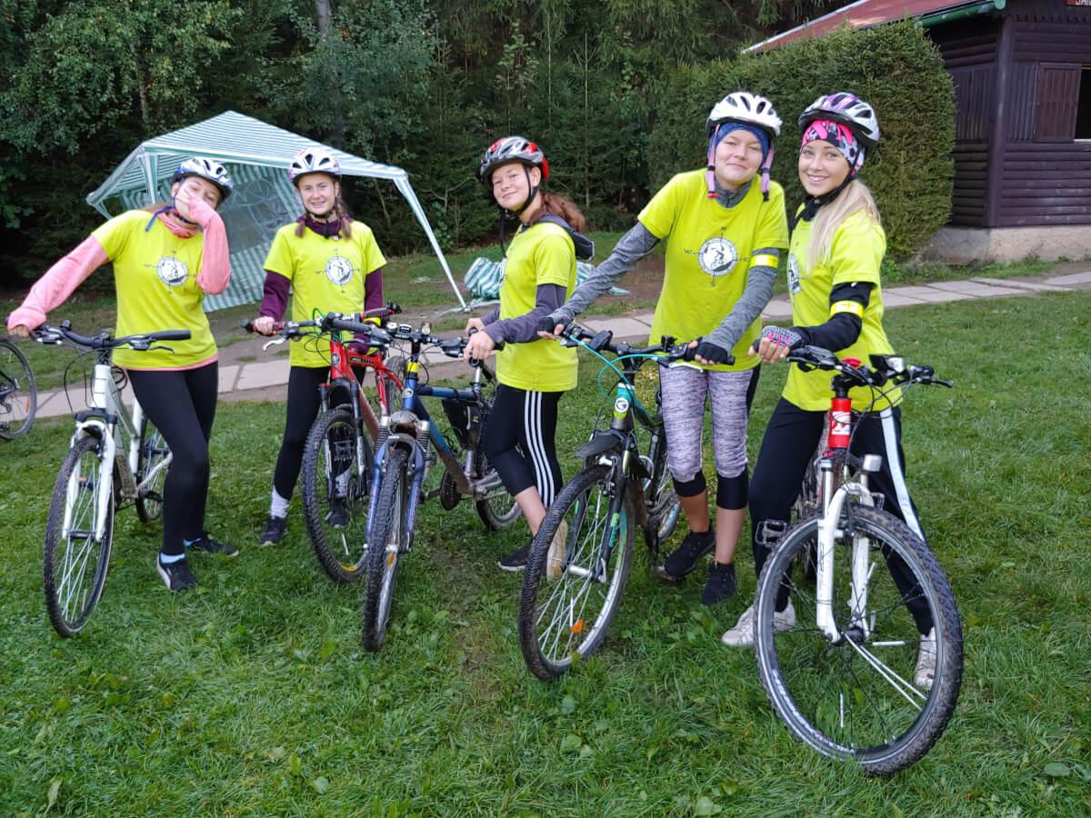 Žákyně na cykloturistickém kurzu ZŠ Mládežnická v Horním Bradle.
