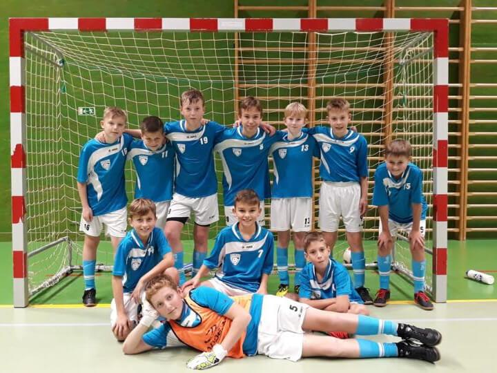 Úspěch chlapců ve futsale. Společná fotografie chlapců ve fotbalové brance.
