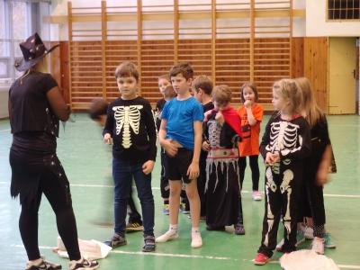 Děti v kostýmech se připravují na skok ve strašidelném pytli