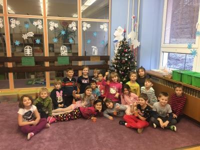 Děti I. oddělení školní družiny ZŠ Mládežnocká Trutnov pod vánočním stromečkem