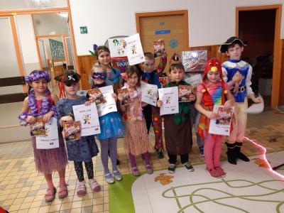Karneval ve školní družině - Děti s diplomy