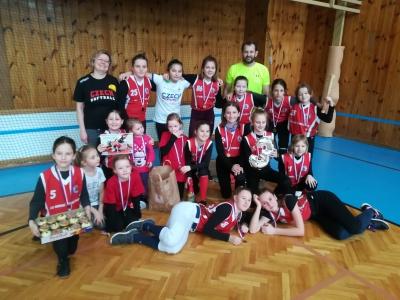 Hráčky softbalového týmu HSM Trutnov s bronzovými medailemi z halového turnaje kategorie U13 Dračice 2020