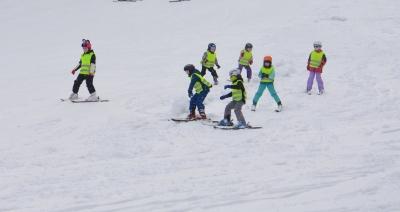 Děti na svahu lyžích v rámci týdne ŠD na lyžích