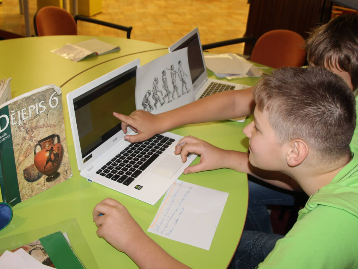 Žáci ve výuce dějepisu pracují s notebooky