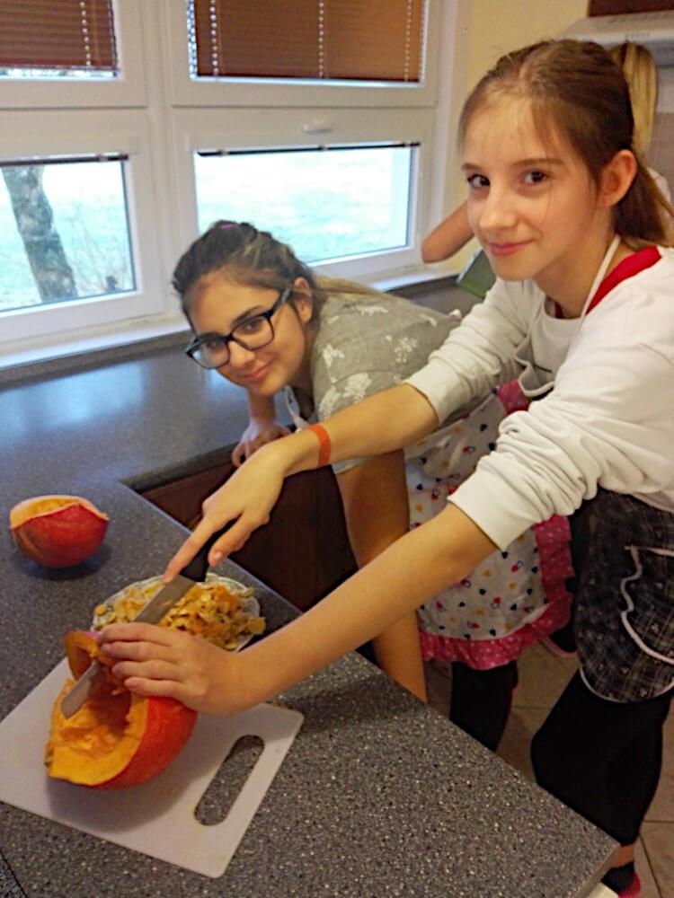 """Dívky porcují dýni v rámci výuky """"Gastronomická praktika"""""""