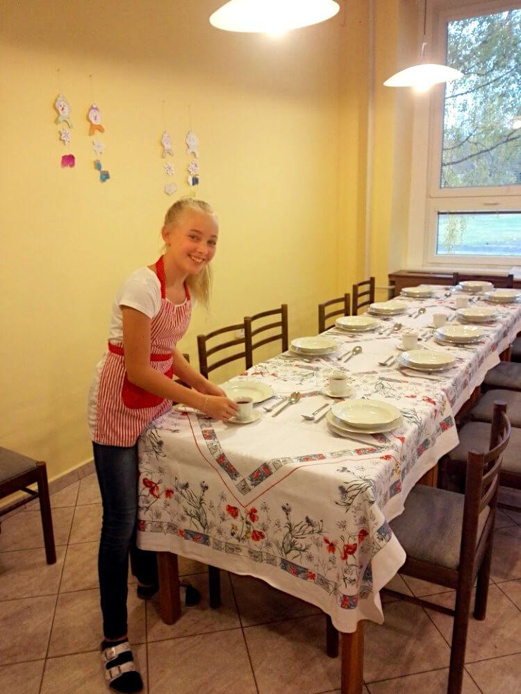 """Výuka """"Gastronomická praktika"""" - žákyně prostírá stůl"""