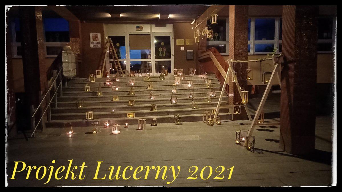 rozsvícené lucerny na schodech školy