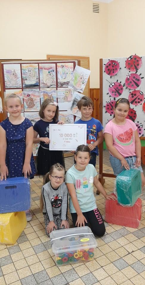 Prvňáci děkují 7.C za finanční dar na nákup školních pomůcek